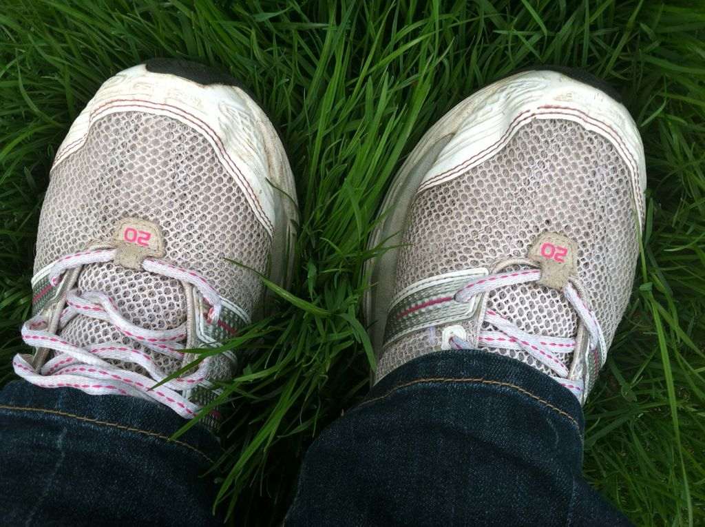 After 6 weeks my left foot is finally back in a loose sneaker! AND the grass is growing like crazy :)